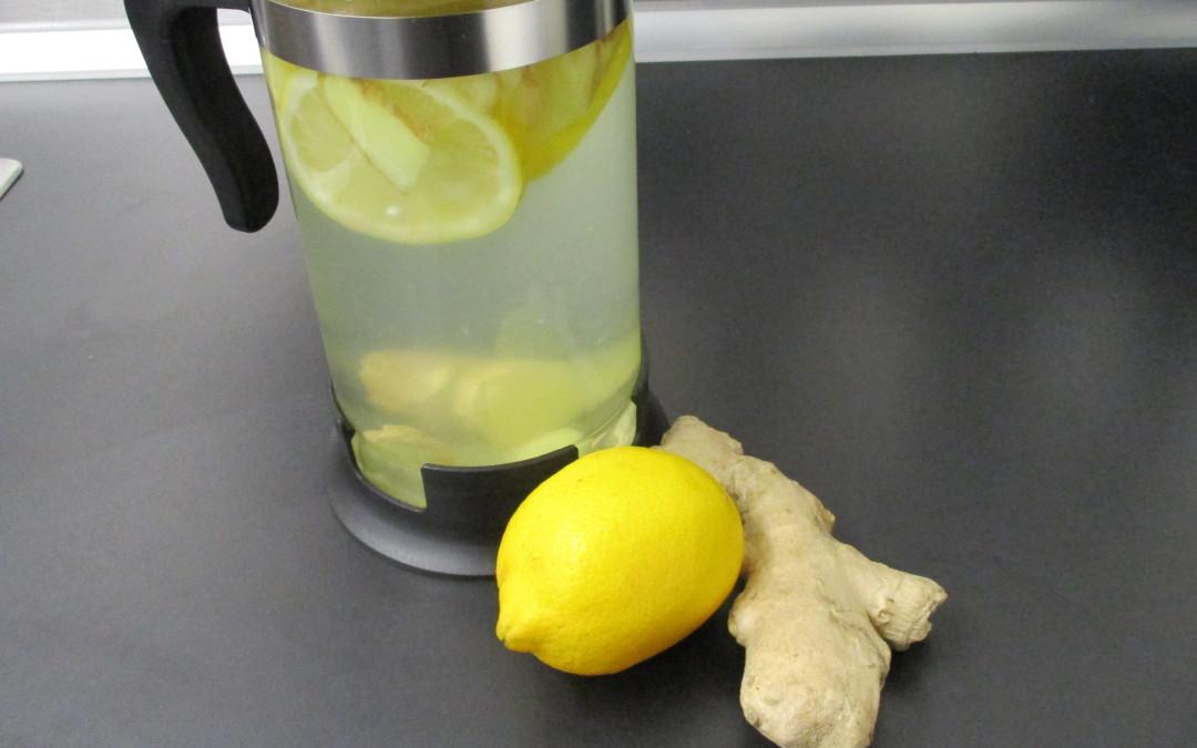 Trinke selbstgemachten Ingwer-Zitronen Tee